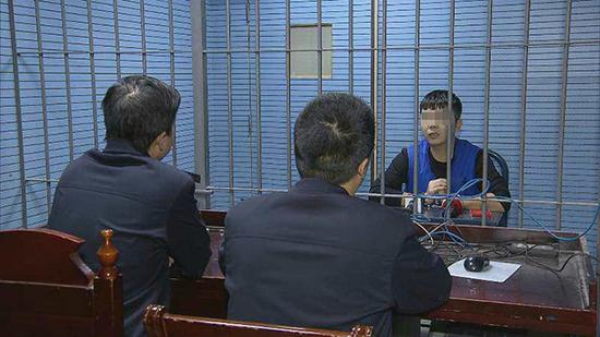 11月8日,犯罪嫌疑人李波接受民警审讯。  澎湃新闻见习记者 李佳蔚 图