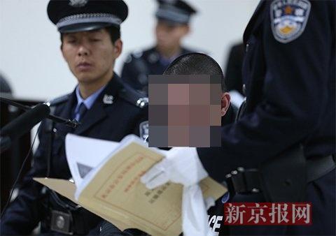 法庭上出示陈某体内排出毒品的照片。新京报记者 王贵彬 摄