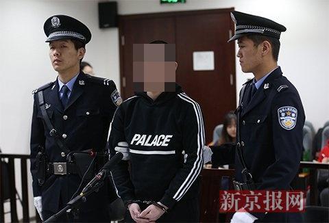 被告人陈某在法庭上受审。
