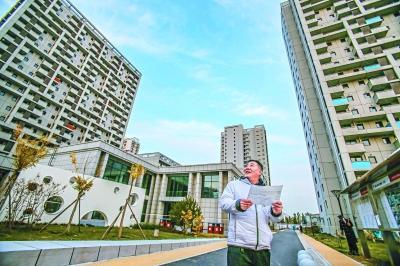 2017年11月8日,一位来看房的市民在位于丰台区的街区制公租房项目查看街区环境。 北京日报实习记者 武亦彬 摄