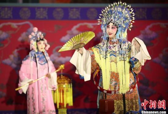 11月8日,北京故宫畅音阁,国家主席习近平和夫人彭丽媛与特朗普夫妇共同欣赏《贵妃醉酒》。