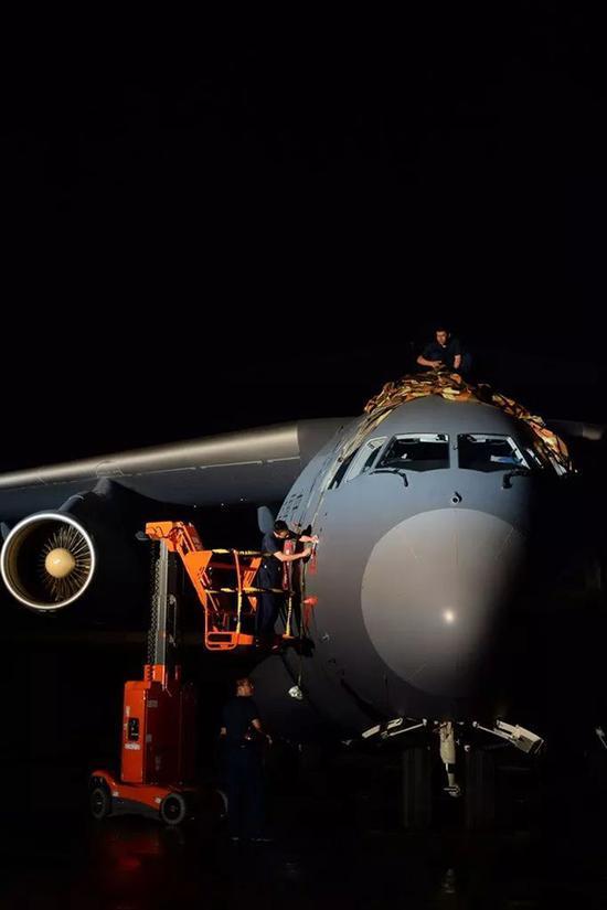 新的装备带来了全新的飞行和保障模式,新的理念不断冲击着官兵们的头脑。
