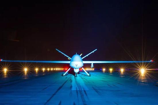 参加夜间任务的无人机即将起飞。杨军 摄