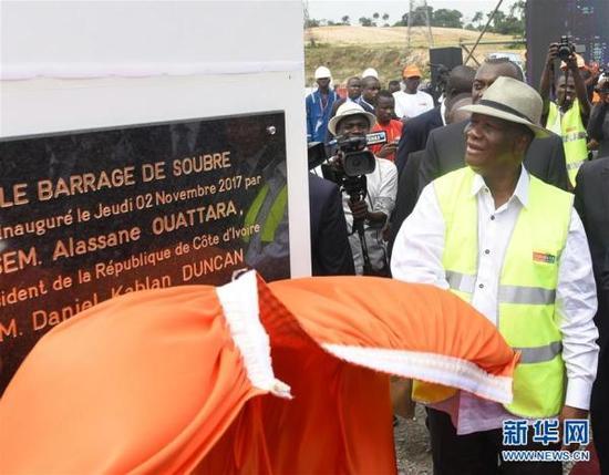 11月2日,在科特迪瓦苏布雷,科特迪瓦总统瓦塔拉出席苏布雷水电站竣工典礼。中企承建的科特迪瓦最大规模水电站——苏布雷水电站竣工典礼2日在科西部苏布雷举行。  新华社 图