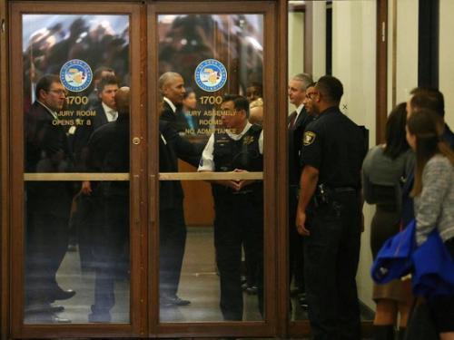 当地时间11月8日,奥巴马现身法院。(图片来源:美联社)