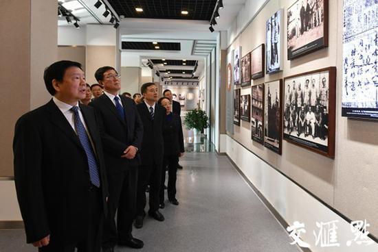 11月2日,江苏省委书记娄勤俭到淮安瞻仰周恩来纪念馆、周恩来故居。 交汇点 图