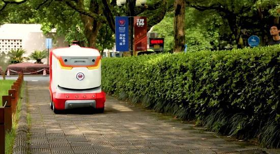 在浙江大学送货的无人车看起来还算萌萌哒
