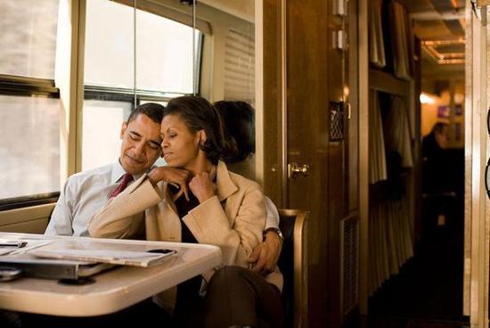 2008年,新罕布什尔州,奥巴马在进行完竞选活动后,和妻子一起乘坐他的竞选巴士。