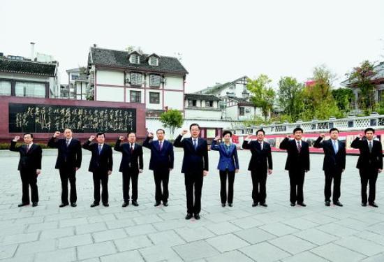 11月2日,在贵州省委书记孙志刚领誓下,贵州省委常委在遵义会议会址重温入党誓词。 贵州日报 图