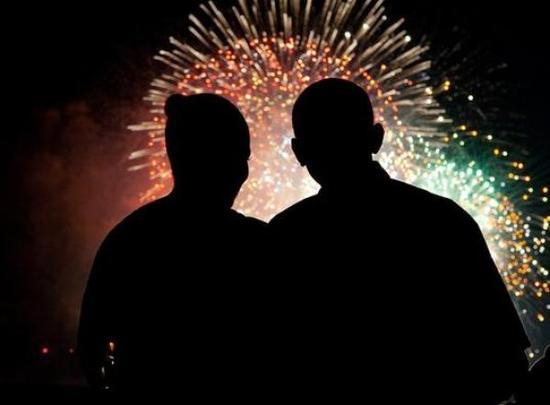 奥巴马就职后的第一个美国独立日,夫妇一起看烟火。