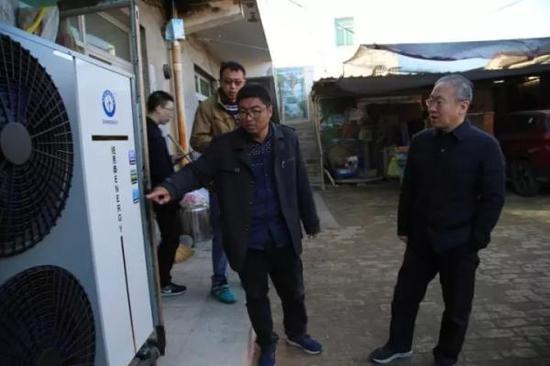 技术人员介绍供暖设备使用方法。夏敬雪 摄