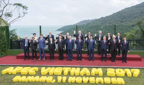 11月11日,亚太经合组织第二十五次领导人非正式会议在越南岘港举行。图为亚太经合组织成员经济体领导人、代表合影。新华社 图
