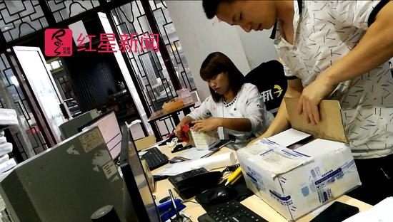 警方暗访发现,吴元经常从安化县城的同一家快递公司发货,图中包裹即为吴元待发的货物