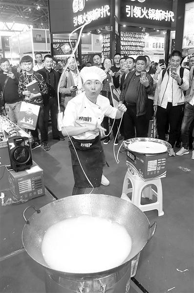 田波在糖酒会上表演。本报记者 苑铁力 摄