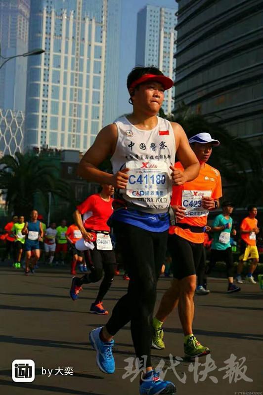 图为交警柳颖平时参加马拉松照片。通讯员提供