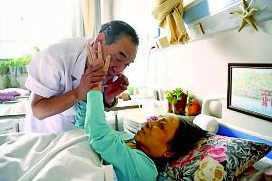 躺了58年的张贞娥有一双纤细嫩白的手。