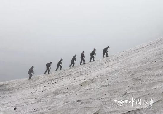 巡逻官兵在风雪中艰难前行