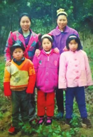 曹琼蓉(后排左)和家人在一起