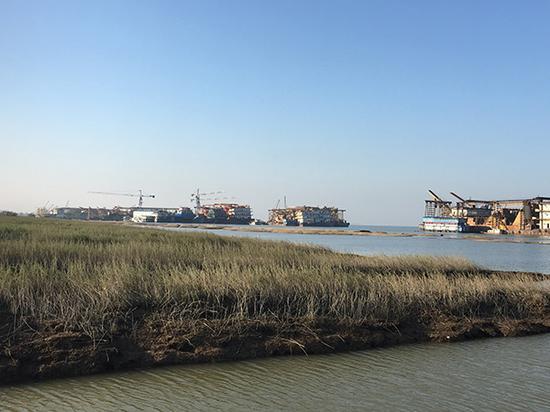 集中停靠在南套水域的挖砂船 澎湃新闻记者 刘霁 摄