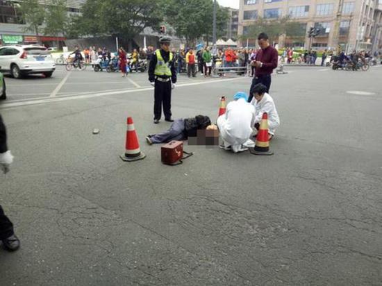 老人落地后龚先程从附近医院找来两名医生对老人进行急救。