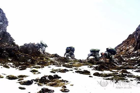 官兵手脚并用爬雪山(右三为梁昆炜)