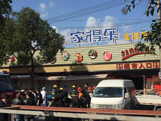 11月11日,上海浦东祝桥镇一家超市内发生坍塌,公安、消防在事发现场救援。 澎湃新闻记者 李佳蔚 图