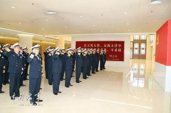 11月13日上午,海军党委常委带领军以上单位党委书记集体重温入党誓词。 中国海军网 图