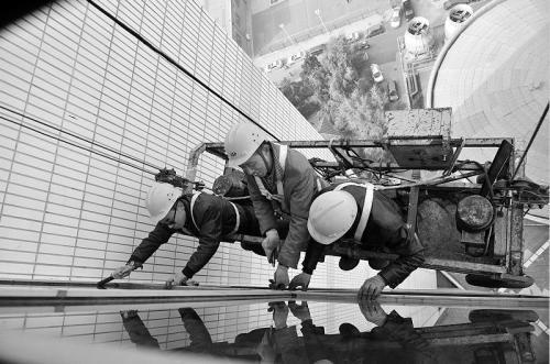 高层换玻璃的工人师傅们正在作业
