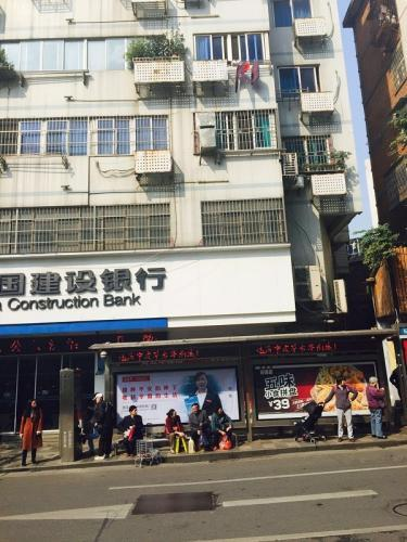 事发现场位于南昌市站前西路绳金塔公交车站。