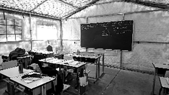 帐篷里的教室。本文图片均来自北京晨报 图