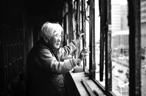 老人看着摇摇欲坠的窗框很着急■华商晨报主任记者 王齐波 摄