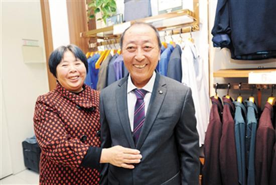 在商场买了新衣,夫妻俩准备去北京领奖。