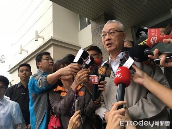 """14日上午,国民党主席吴敦义声援台湾""""八百壮士""""。(图片来源:台湾《东森新闻云》)"""