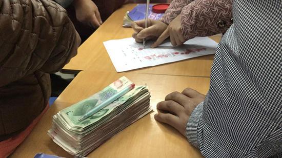交钱后的家长签字、按手印