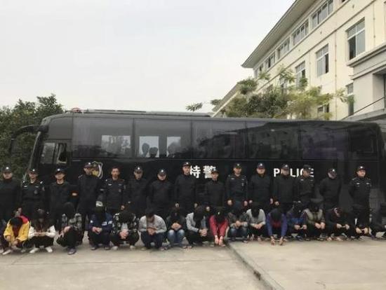 11月14日,浙江温州警方将近期抓获的第二个诈骗团伙47名犯罪嫌疑人顺利押解回温。温州防诈骗微信公号 图