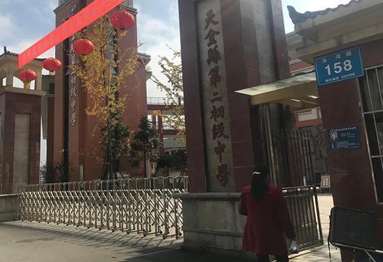 11月12日,天全县第二初级中学迎来了一场捐款的家长会。本文图片均由 澎湃新闻记者 胥辉 图