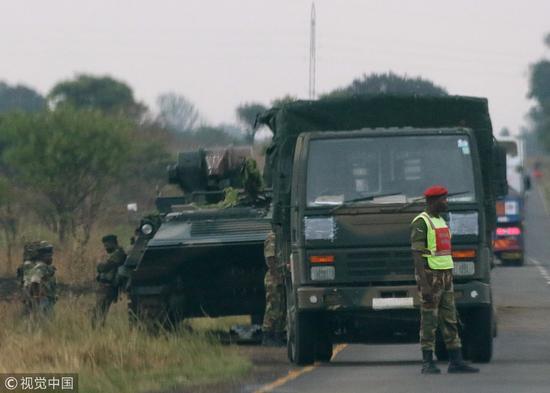 津巴布韦首都附近的装甲车辆 图片来源:视觉中国