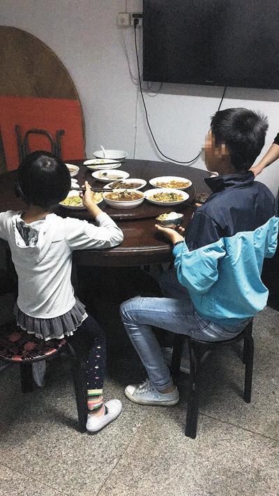 小金兄妹在派出所吃饭。图片由福明派出所提供