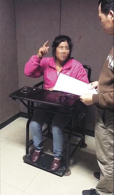 文丽在审讯室。图片由福明派出所提供
