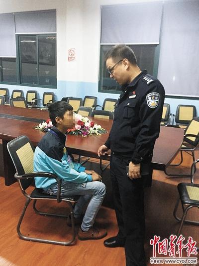 林煊去学校看望小金。中国青年报·中青在线记者袁贻辰/摄