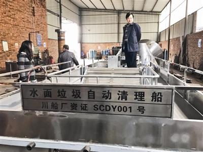 邓三民发明的垃圾清运船