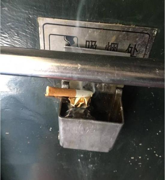 原告在普列上拍摄的吸烟处