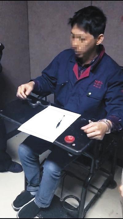 卢勇在审讯室。图片由福明派出所提供