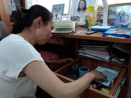 江秋莲在翻看女儿的旧物,她说江歌喜欢收藏无用的小玩意儿,像永远长不大的孩子。 澎湃资料
