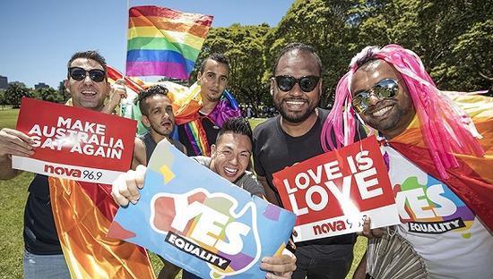 2017年11月15日,澳大利亚悉尼,民众庆祝支持同性婚姻的投票结果。图片来源:视觉中国