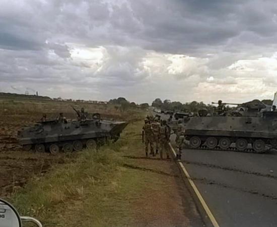 津巴布韦首都附近的装甲车辆 图片来源:每日星报