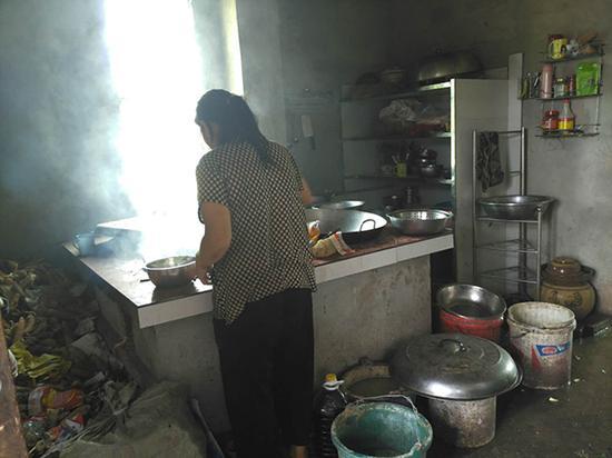 章胜子在厨房为孩子们准备午餐。 本文图片除署名外澎湃新闻记者 明鹊