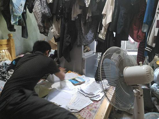 老二的房间,堆满了衣服和材料。