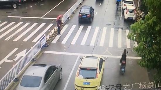 老太过马路连续七车不让 90后司机实线变道挡后车