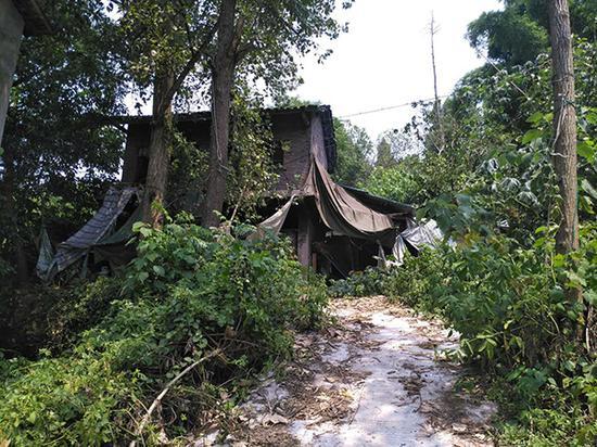 去年下半年之前,章胜子一家十几口人居住在这栋老房子里。